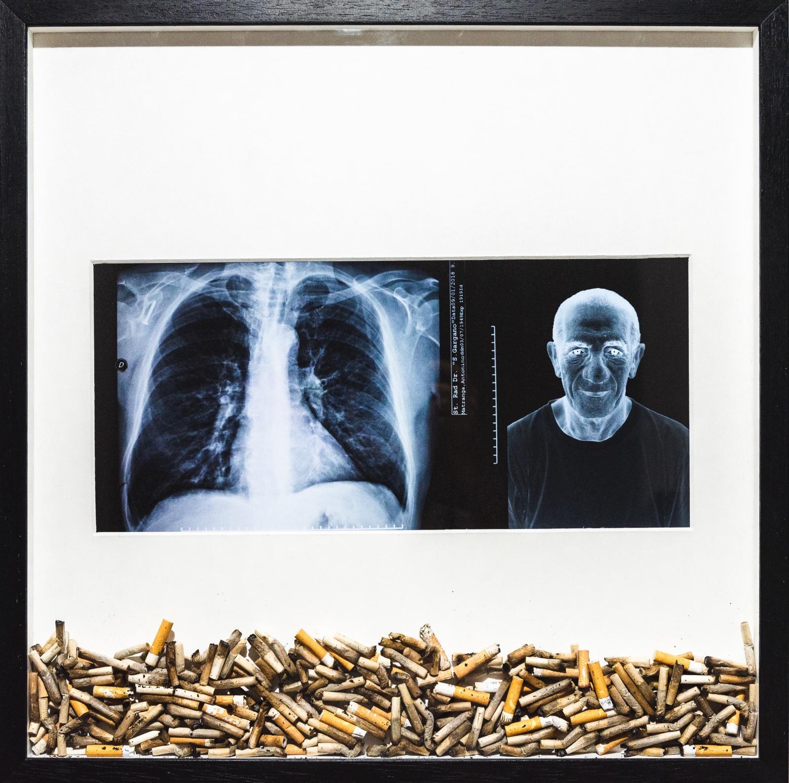 Posacenere, 2021 - carta silk, passpartout, sigarette, legno - 50x50cm