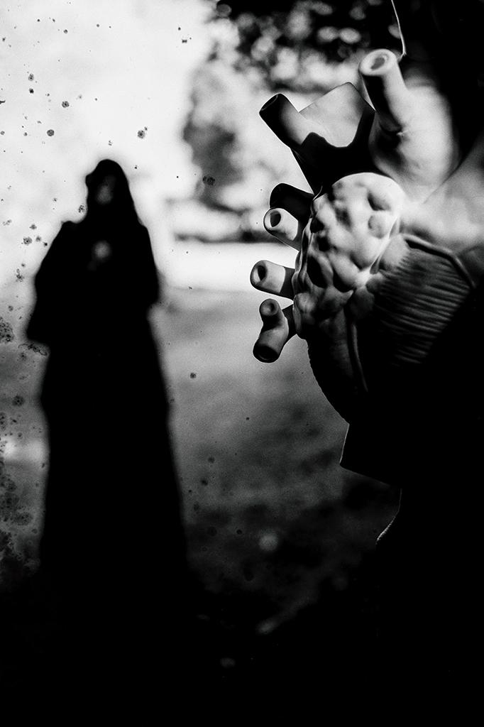 Adesso che sono diventata di muro e gesso La polvere si stratifica sull' organo rosso Peccato che lui taccia E non trovi le parole I graffi sono usciti fuori dalla gabbia. Ora mi cucio tutte le mie bocche Ma le parole liquide escono comunque Io te le soffio sul viso Scanzandoti i capelli dai progetti di silenzio. Sembravi umano ma non lo eri. Sembravo fatta di acqua me ero lava invece. Quando mi rimpicciolivo per essere amata Dovevo mettere le mie mani ed i miei occhi e litri di pelle nella tua valigia. Ora rimpicciolisciti tu. Ora rimpicciolitevi voi.  Poesia di: Alessandra Mosca Amapola    Fotografia: © Stefano Tommasi